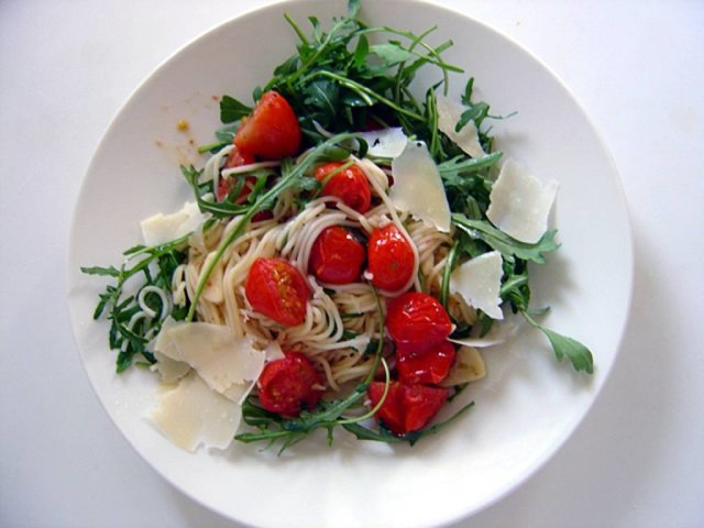 Spagettia kera uunitomaattien