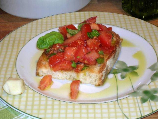 Tomaatti-bruschetta