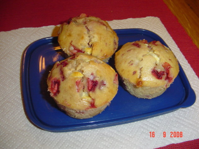 Mansikka-valkosuklaa muffinssit