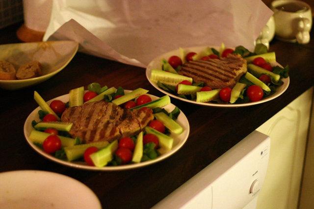 Grillattua tonnikalaa salaattipedillä 1