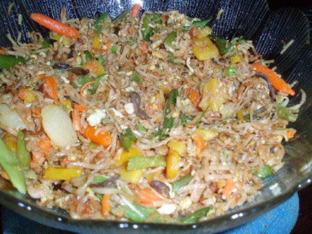 Reseptikuva: paistettua nuudelia ja wokki vihaneksia 2