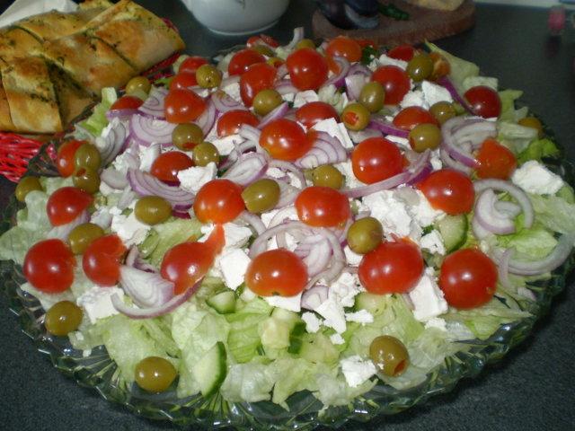 Salaattia ja yrttibatonkia