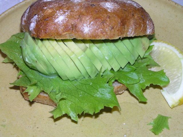 Avocado-tonnikalasämpylä 1