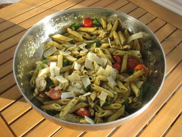 Kana-pesto-pastasalaatti