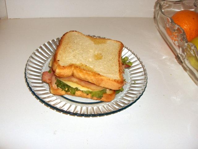 Pekoni-lohi sandwich