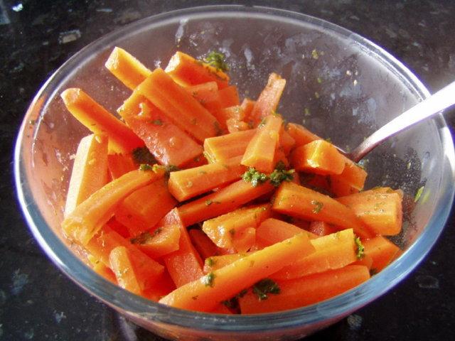 Yrttiporkkanat (Herbed Carrots)
