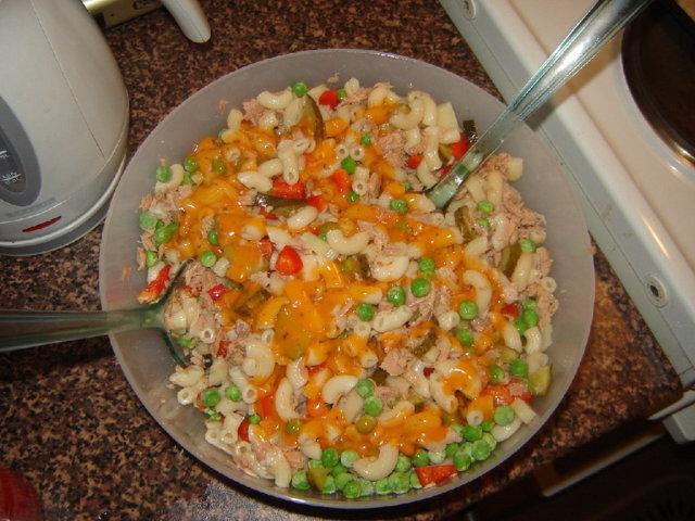 kevyt makaroni-tonnikala salaatti