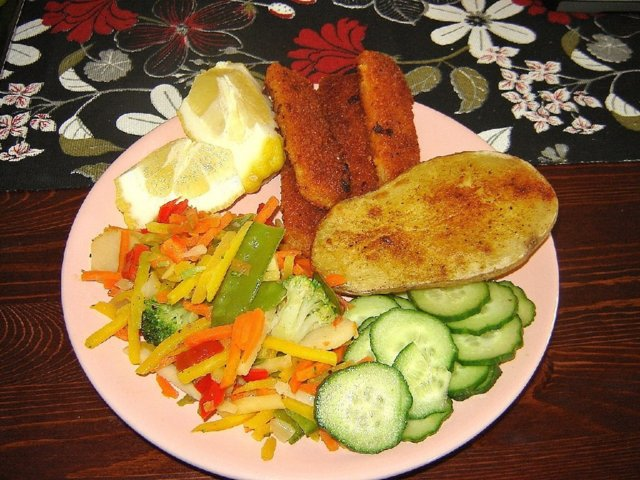 uuniperunat ja kalapuikot 2 annosta