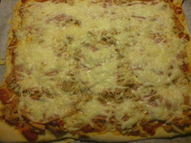 Pizzapohja hiivaleipäjauhoista uunipellille (kaulittava)