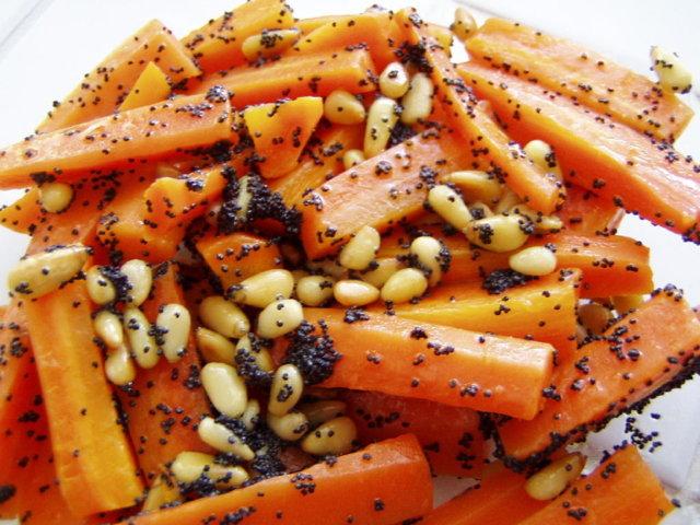 Porkkanat ja paahdetut siemenet