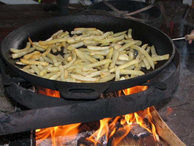 Ranskalaiset ja makkara grillissä 3