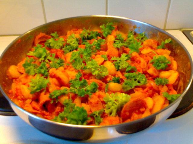 Tomaattinen peruna-makkarapata 1