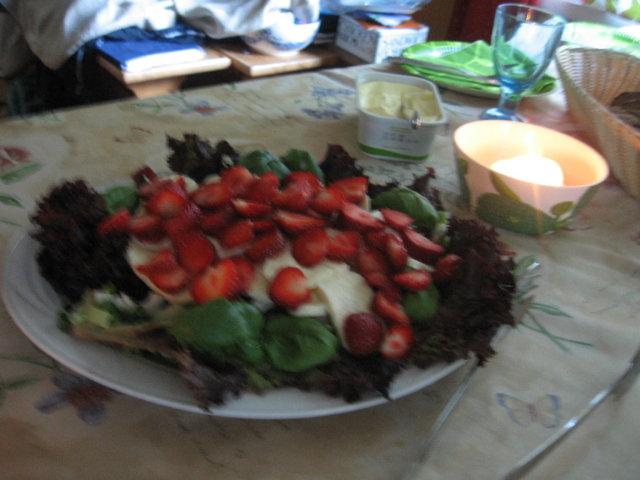 Mansikka -mozzarellasalaatti 4