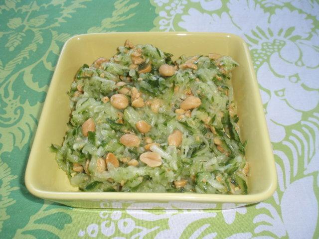 Kurkku-suolapähkinäsalaatti