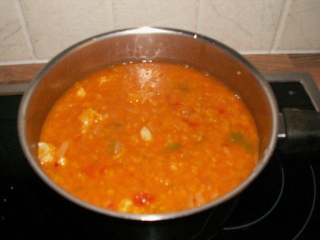 Currylla maustettu linssi- ja kukkakaalikeitto
