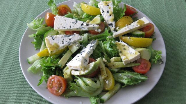 Avokado-sinihomejuusto salaatti 1
