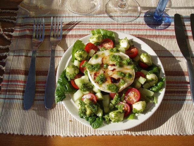Vuohenjuusto-mozzarellasalaatti