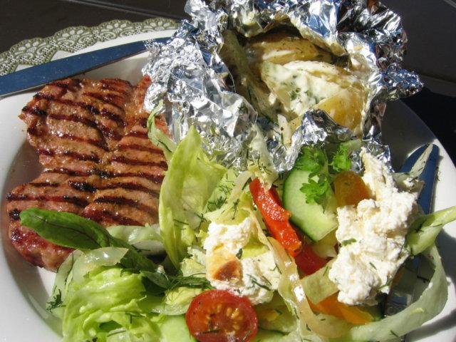 Perunanyytit ja kaslerpihvit grillissä