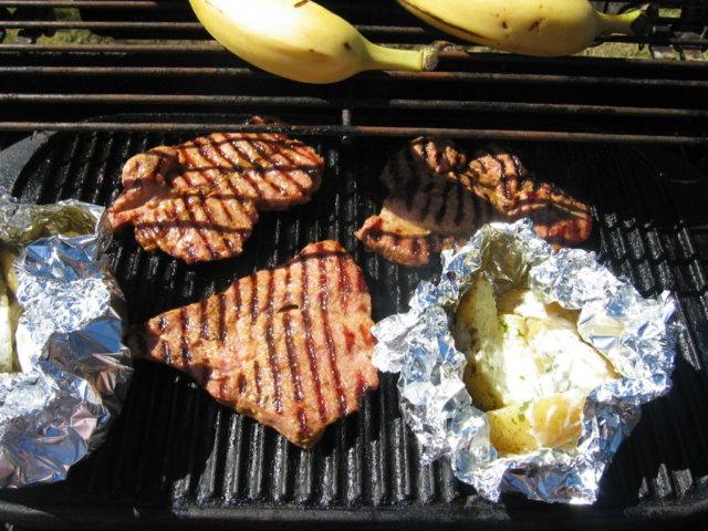 Perunanyytit ja kaslerpihvit grillissä 4