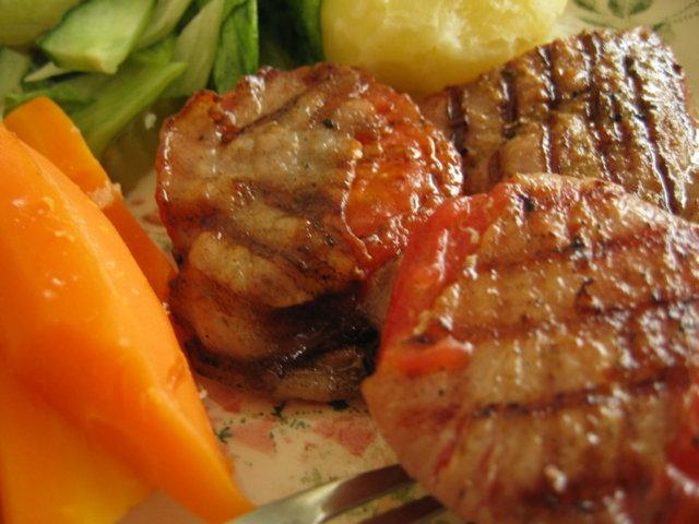 Grillissä Pekooniin käärityt tomaatit 1