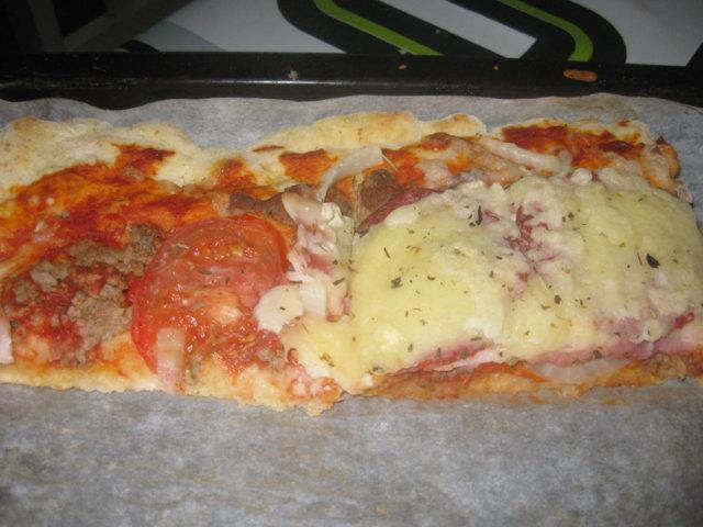 Sipuli, pekoni, meetvursti pizza 1
