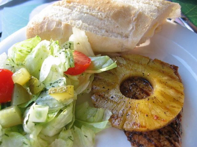 Grillissä kaslerpihviä ja ananasta