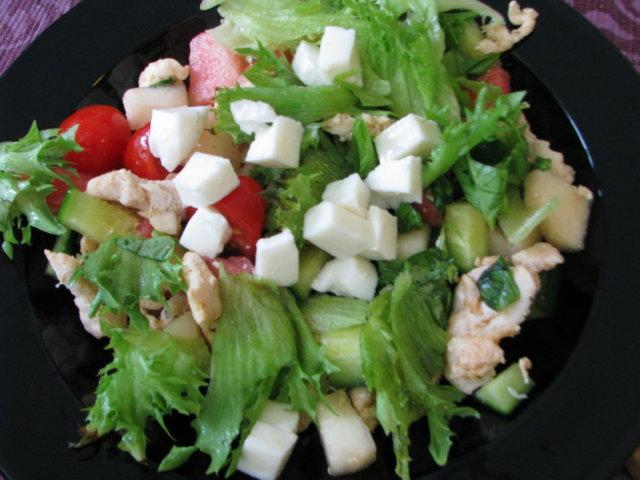 Raikas broileri mozzarella salaatti 1