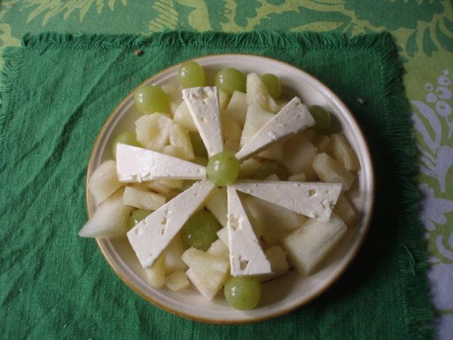 Feta-hedelmäsalaatti