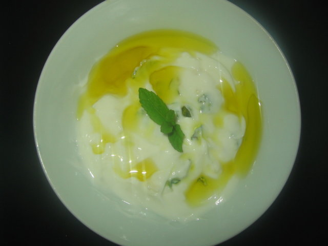 Jogurttidippi mintulla ja valkosipulilla