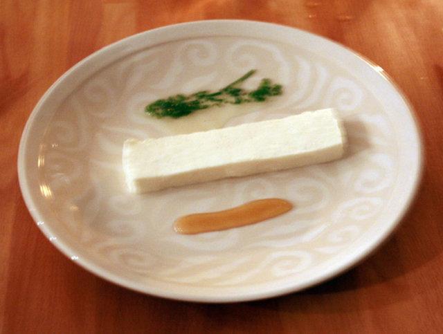 Kotijuustoa ruohosipulin ja hunajan kera 1
