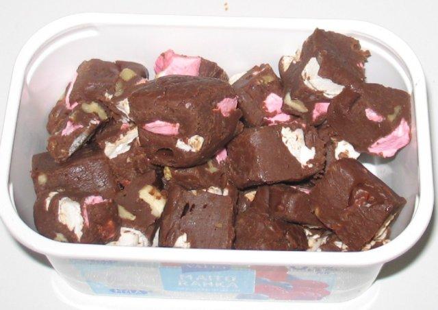 Suklaiset pähkinä-vaahtokarkkifudget
