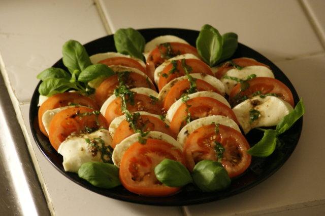 Tomaatti-mozzarella salaatti kastikkeella 1