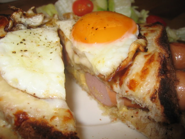 Croque Coquette - Grillattu juustoleipä nakeilla 2