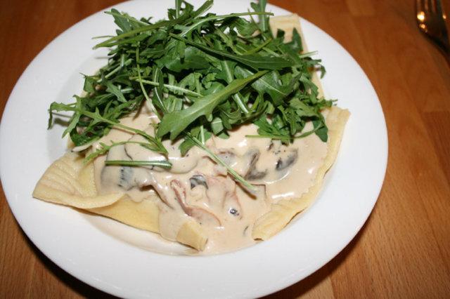 Reseptikuva: Ricotta- rucola ravioleja ja Parmankinkku-herkkusienikastiketta 1