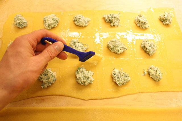 Reseptikuva: Ricotta- rucola ravioleja ja Parmankinkku-herkkusienikastiketta 3