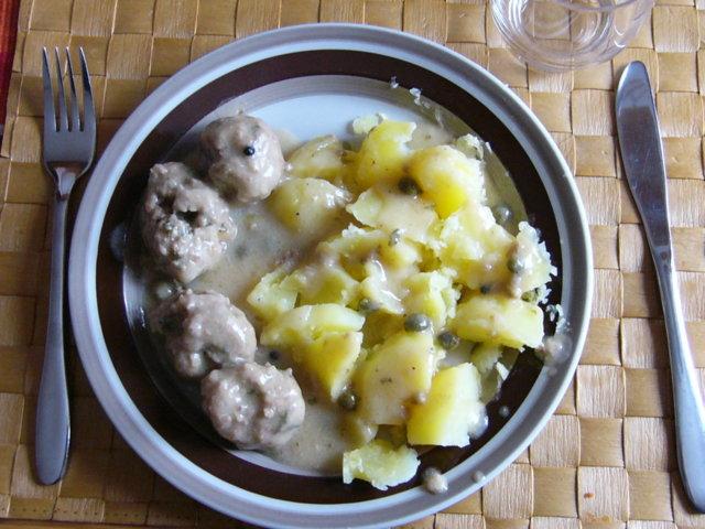Keitetyt lihapullat kapriskastikkeessa 1
