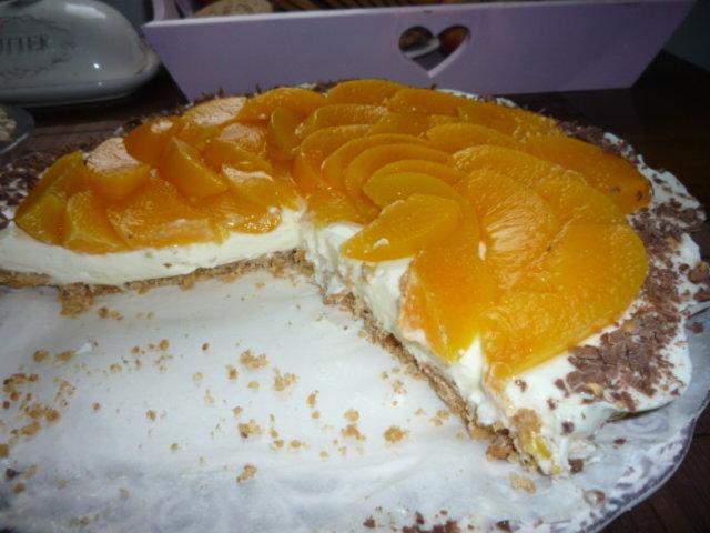 Vaniljainen hyydykekakku persikoilla&suklaarouheella 1