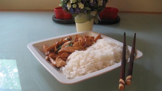Thai Basilikalla ja chilillä höystettyä kanaa
