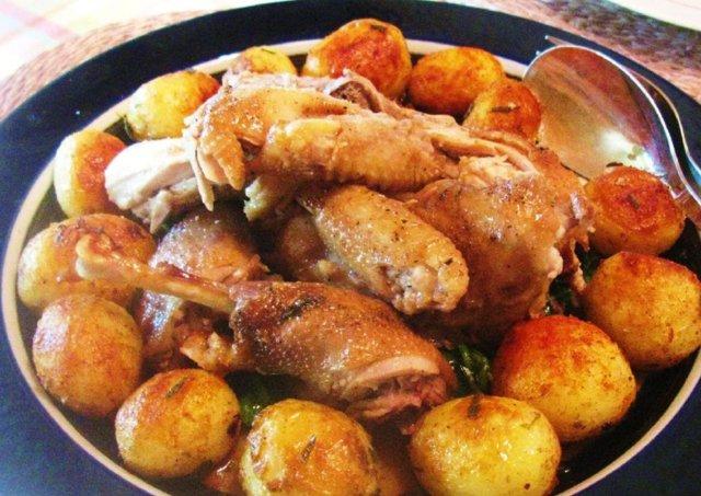Yrteillä, sitruunalla ja valkosipulilla täytetty kana rucolapedillä 1