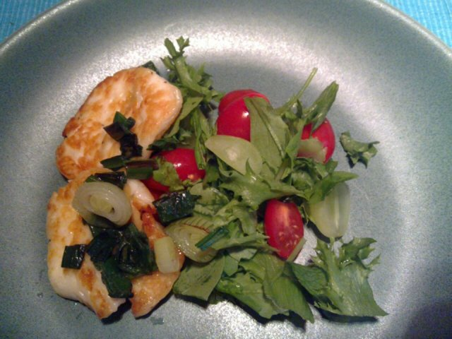 Halloumia ja sipulia salaatille 1