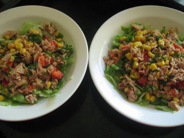 Maissia ja tonnikalaa salaattipedillä 2:lle 1