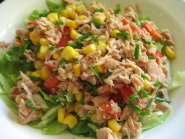 Maissia ja tonnikalaa salaattipedillä 2:lle