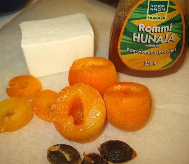 Aprikoosit fetalla täytetty
