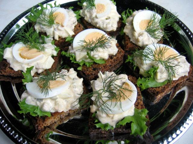 Reseptikuva: Pieniä sillikaviaarileipiä 1
