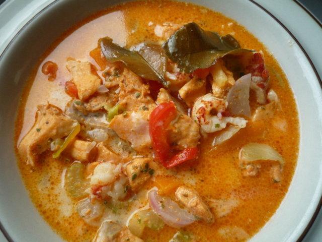 Thai-vaikutteinen karpparin kalakeitto. 1