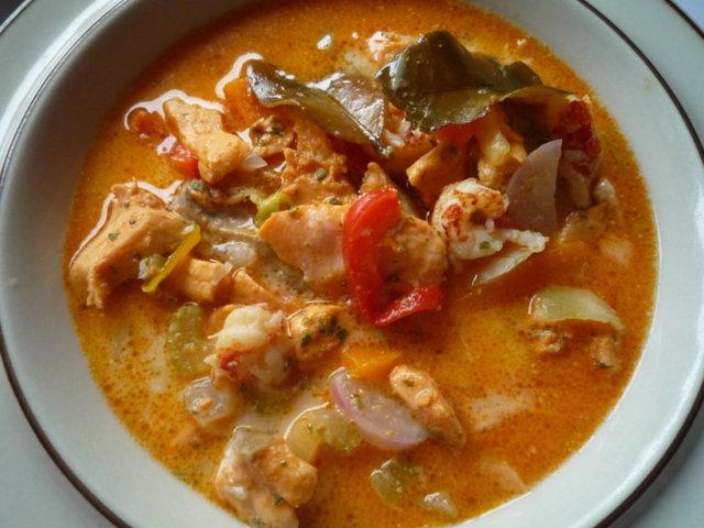 Thai-vaikutteinen karpparin kalakeitto.