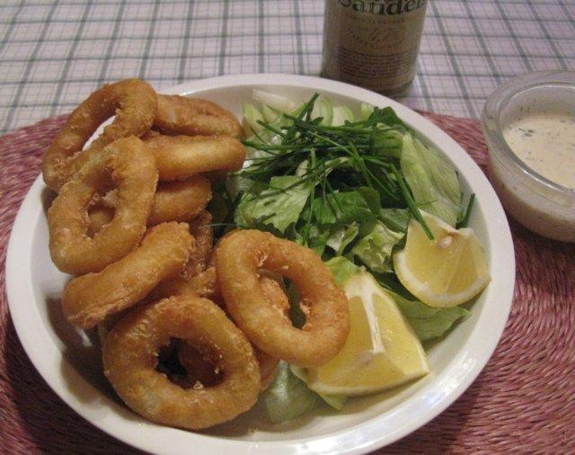 Mustekalan renkaita ja salaattia