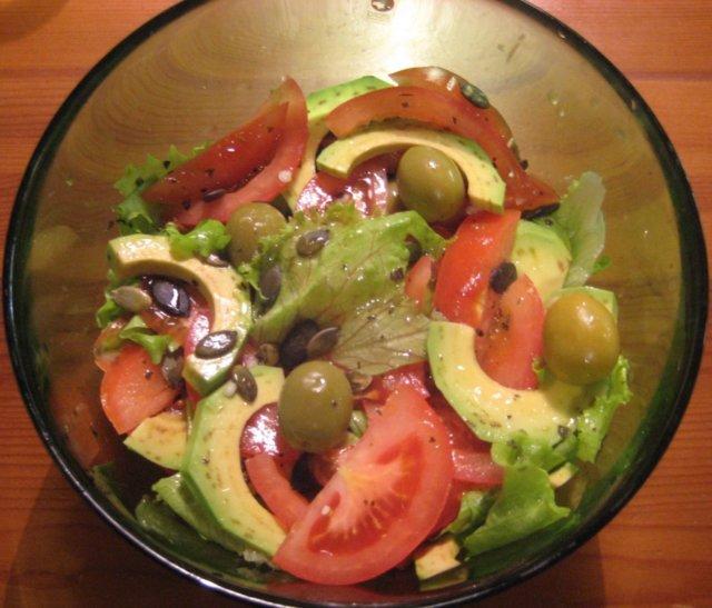 Tomaatti-Avokadosalaatti 1