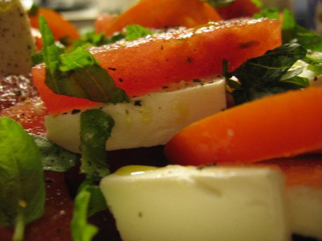 Reseptikuva: TomaattiVesimeloniFetaSalaatti basilikalla höystettynä 1