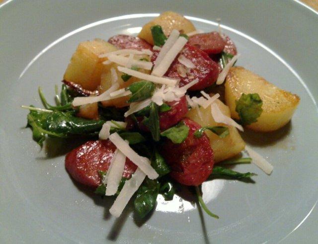 Lämmin peruna-chorizo-rucolasalaatti 1